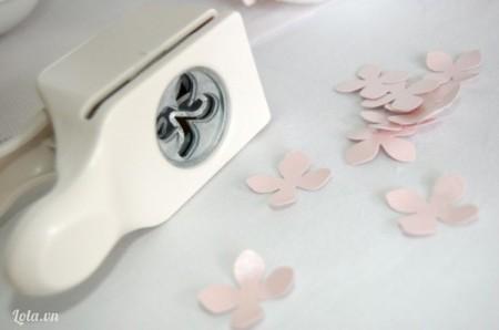 Dùng máy bấm giấy tạo ra những bông hoa bốn cánh từ bìa cứng, mỗi bông hoa ghép bạn cần hai cánh hoa giấy như thế này. Số lượng tùy theo kích thước bóng của bạn.