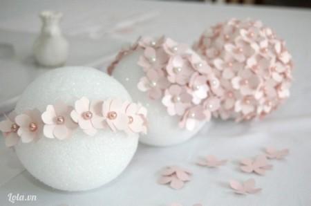 Bạn có thể gắn hoa 1 vòng quanh trái bóng trước hoa cẩm tú cầu của bạn được đều hơn.