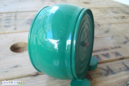 Dán 2 nắp chai làm chân đồng hồ, sơn thêm nếu thích. Xong nhé  Nguồn: checkurl('http://www.lamdochoi.com/2014/03/tu-che- dong-ho-handmade-tu-lon-thiec.html','',50)