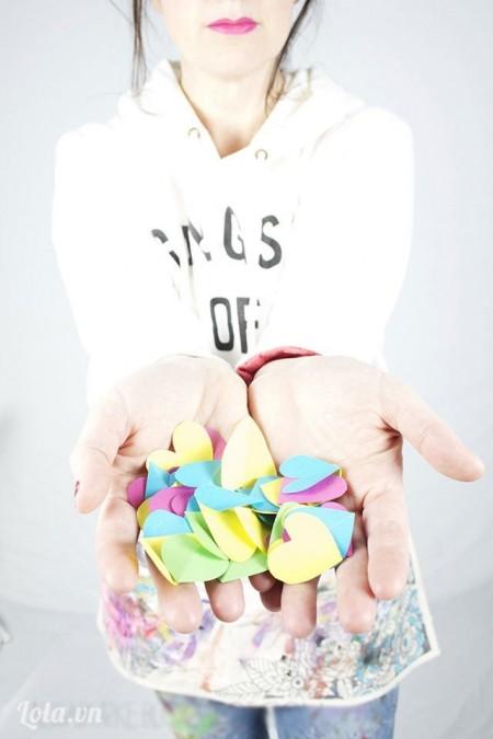 Bước 1:  Đầu tiên, các ấy dùng dụng cụ dập hình trái tim làm nhiều cái, đủ loại màu sắc cho đẹp.