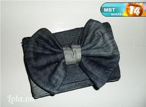 - Cắt thêm một tấm nhỏ thắt nút ở giữa nơ và cố định nơ với phần nắp túi.