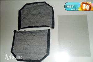 - Cắt thêm 2 tấm vải bò như hình bên làm nắp túi và gập mép lại. Sau đó, cắt thêm 1 tấm mica theo hình miếng vải vừa cắt.