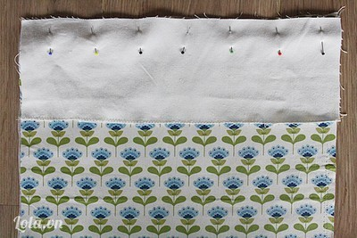 Áp 2 mặt phải của miếng vải trước và miếng ghép của tấm vải lưng vào nhau.  - May 1 đường thẳng cách biên 1cm.  - Mở mặt trái của mảnh vải ta được 1 miếng vải 33x40cm được nối bằng đường may. Là phẳng đoạn nối 2 mảnh vải.