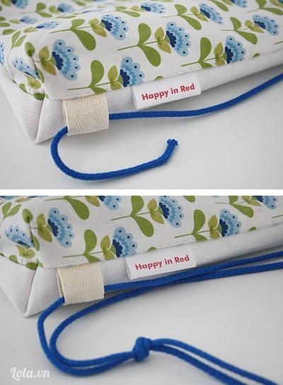 - Dùng kim băng đưa dây rút qua viền rút túi.  - Sau khi viền quanh miệng túi, ta sẽ buộc dây ở góc túi hoặc thắt nút 2 dây với nhau cho chắc chắn. Vậy là bạn đã hoàn thành 1 chiếc túi thật dễ dàng.