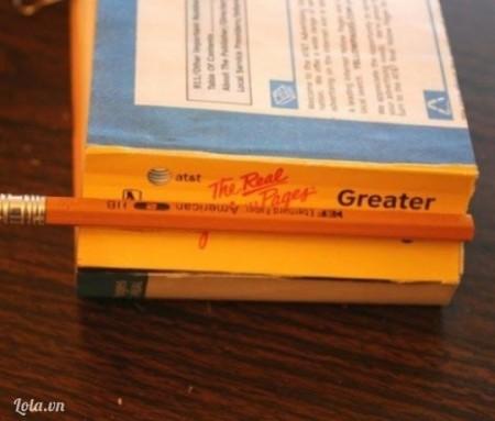 Đặt 1 cây bút chì để làm tâm vào gáy quyển sách