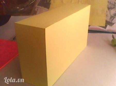 Dán thêm một tấm bìa khác nữa để che phần bên trong hộp. Bây giờ ta đã có một chiết hộp hoàn chỉnh.