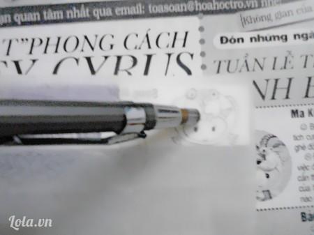 Lật ngược tấm hình rồi đặt lên cục tẩy. Dùng một cây bút chà tấm giấy nến để hình vẽ in lên cục tẩy