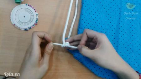 Cột dây hoàn chỉnh cách làm balo dây rút Luồn dây rút qua đai balo phía dưới và buộc  chặt lại.