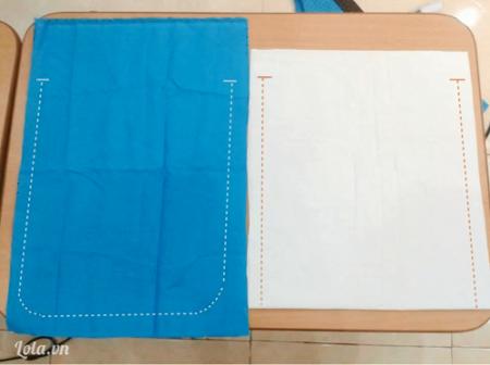 Vẽ và cắt vải vintage làm balo rút dây Chuẩn bị 2 miếng vải vintage 35cmx50cm và 2 miếng vải lót 35cmx45cm Vẽ đường may hình chữ U, đầu trên cách mép miệng túi khoảng 10cm. Tương tự với mảnh vải lót, cách trên cách mép miệng túi 5cm.