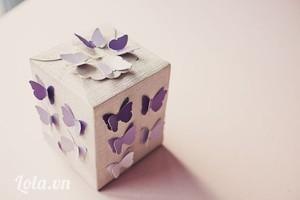 Gập hộp theo các nếp giấy nét đứt trên mẫu, cài phần đáy lại, dán mép giấy đầu cuối của thành hộp, đựng quà vào trong rồi gài nắp hộp ở trên. Sau cùng bạn dán các cánh bướm trang trí đều quanh hộp là hoàn thành.