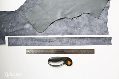 - Cắt 1 miếng vải màu ghi, kích thước 4,5cm x 70cm để làm cạnh xung quanh túi.