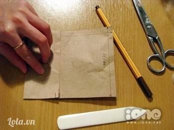 Gấp phần bên trái vào giữa tờ giấy để tạo các cạnh cho chiếc túi.
