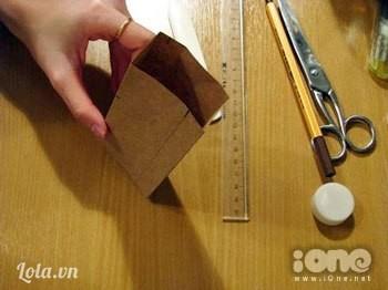 Khi gấp xong, chúng ta sẽ được một chiếc hộp như thế này. Lấy hồ dán lại nha.