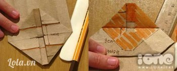 Để tạo đáy, chúng ta mở ra tạo nếp thành 2 hình tam giác ở hai bên, sao cho phần mũi tên trùng vào đường nối hai đỉnh tam giác như hình. Quết keo phần gạch chéo và gập lại theo đường nếp gấp có sẵn trên phần của hình tam giác.