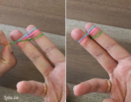 Bước 2:  Kéo một đầu dây chun bên trái lên rồi thả vào giữa.