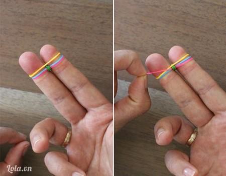 Bước 4 : Tiếp theo, bạn thêm một chiếc chun nữa vào hai ngón tay, rồi lặp lại bước thứ 2.