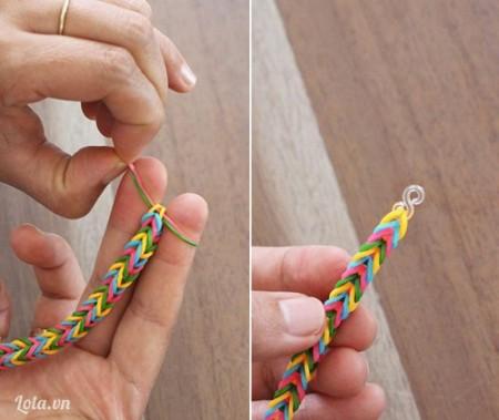 Bước 6 : Bước cuối cùng rồi nha, các ấy luồn chiếc móc hình chữ S vào nấc cuối cùng của chiếc vòng đeo tay. Vậy là hoàn thành một chiếc vòng đầy màu sắc rồi nè