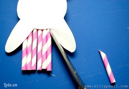 Lật tấm bìa cứng lại. Cắt bớt phần ống hút thừa. Ta được 1 Easter Bunny màu hồng.Làm tương tự với ống hút vàng và đen.