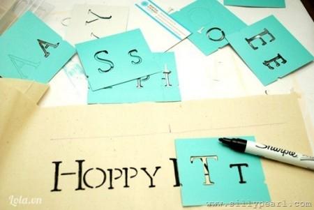 Dùng bút lông đen vẽ chữ HOPPY EASTER lên bìa giấy cứng màu trắng hoặc màu kem.