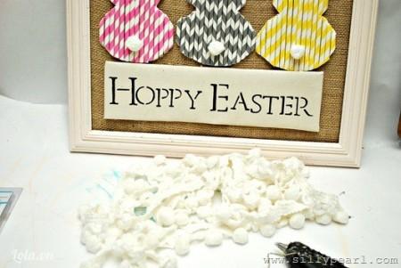 - Dán HOPPY EASTER lên thiệp/khung tranh.- Đính các bông cotton lên, để tạo thành những cái đuôi xinh xinh cho các chú thỏ.