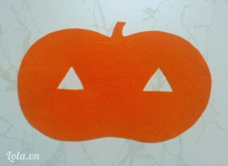 Cắt tấm vải nỉ màu da cam như hình vẽ, kích thước to hơn tấm màu đen 1 khoảng viền 5-7mm