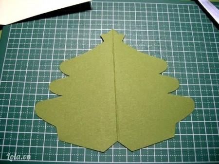 Sau đó bạn dùng kéo và cắt theo đường mà bạn đã vẽ. Thế là bạn đã cắt xong hình cây thông rồi đấy!