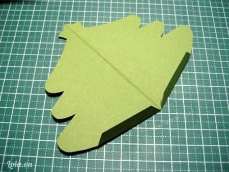 Bạn mở tờ giấy có hình cây thông ra thế này nha.