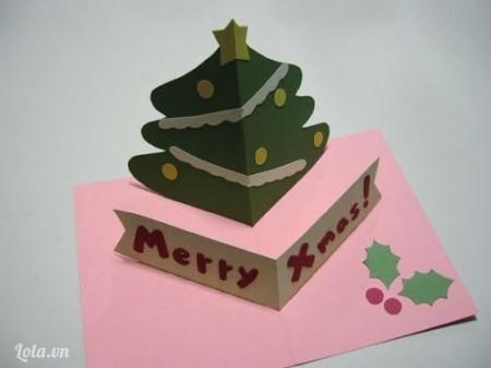 Mở giấy ra và cây thông sẽ đứng thẳng lên.