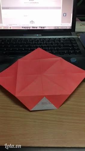 Giở tờ giấy ra, lật mặt sau và gấp theo mép