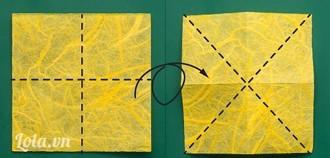 Cắt hình vuông có cạnh 6cm. Gấp 2 đường vuông góc chia hình vuông thành 4 hình vuông nhỏ. Tiếp theo, lật mặt sau gấp theo 2 đường chéo của hình vuông.