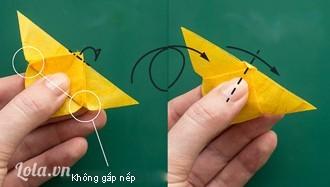 Lật mặt sau của tam giác, gấp ngược đỉnh tam giác lên trên sao cho phần đỉnh cao hơn cạnh đáy của tam giác một chút. Lúc này sẽ có một tam giác nhỏ xíu được tạo thành, nhô lên.