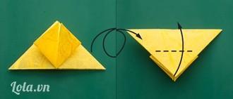 : Gấp ngược tam giác nhỏ đó về phía sauLật lại mặt sau của hình đang gấp. Bạn tiếp tục gấp đôi theo đường ở giữa (đường nét đứt)