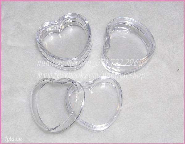 Hộp nhựa trong hình trái tim.