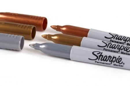 Hãy sơn một lớp sơn bóng hoặc bất kì màu nào bạn thích lên móng tay trước, chờ lớp sơn khô rồi dùng bút Sharpie thiết kết họa tiết tùy ý. Đồng thời, sau khi vẽ xong, chờ mực khô, bạn cần sơn thêm một lớp sơn bóng nữa để giữ nét vẽ không lem, bền màu.