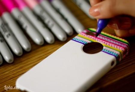 Vẽ ý tưởng đó lên chiếc ốp lưng Iphone. Hãy vẽ một cách thật thoải mái, đừng sợ làm hỏng, chút khác biệt với ý tưởng ban đầu cũng không ảnh hưởng nhiều đến thành phẩm của bạn đâu