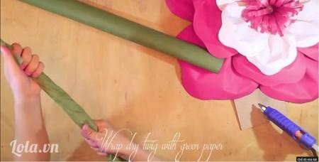 Thân (Cành hoa) -Ta sử dụng giấy dún xanh lá để làm phần thân. Bọc phần giấy dún bên ngoài để thân cây nhìn trông thật hơn, làm đến khi bao hết thân cây.