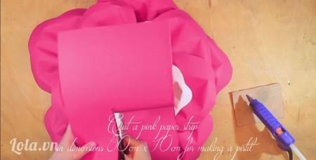 Tạo nhụy -Sau khi hoàn thành xong ba lớp cánh, dùng phần giấy màu hồng ban nãy cắt thành một tờ giấy với kích thước 50cmx10cm.