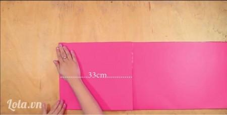Tạo cánh hoa   -Cắt khổ giấy A0 thành từng tấm hình chữ nhật dài (chiều cao 28cm). Sau đó gấp từng tấm hình chữ nhật dài thành hình chữ nhật nhỏ hơn (kích thước 33cm).