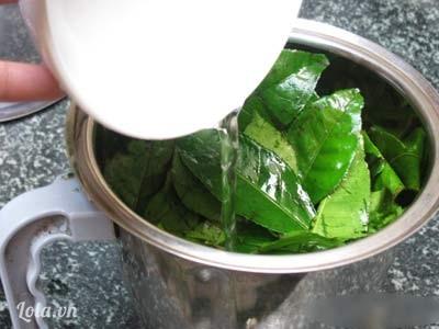 Các nàng chỉ cần rửa sạch lá trà xanh, để ráo, vò nát, đun sôi với 0,5 lít nước để nước chè có độ đậm đặc nhất định. Sau khi nước nguội dùng để rửa mặt và mát xa cho mặt từ 4-5 phút rồi rửa mặt lại với nước lạnh. Để tiết kiệm thời gian, bạn cũng có thể nấu nước chè xanh với cách thức như trên và cho vào tủ lạnh để dùng trong lần kế tiếp nhưng chỉ bảo quản từ 1-2 ngày thôi đấy nhé. Bạn cần lưu ý rằng, chè xanh có tính chất tẩy khá mạnh, do đó bạn chỉ nên sử dụng 2-3 lần trong 1 tuần.