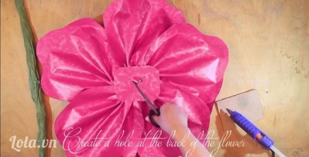 -Sau đó lật mặt sau của bông hoa lại, dùng kéo tạo một lỗ phía sau để gắn thân vào.