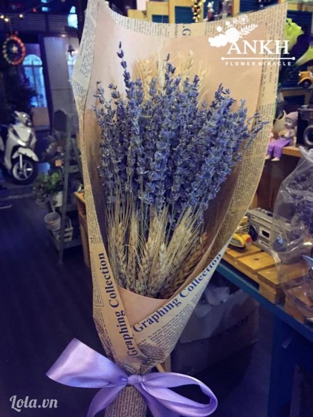 Bó hoa oải hương với lúa mạch
