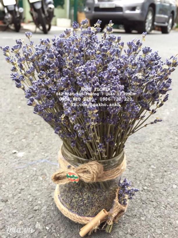 lọ hoa lavender để bàn làm việc