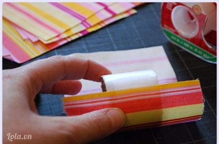 Cắt mảnh vải ra hình chữ nhật, chiều rộng phải đủ rộng và lớn để bao bọc được các vòng (có thể là từ 9cm trở đi tùy theo cách bạn cắt )