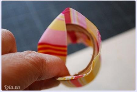 Sau đó bọc vải lên ống vừa cắt cả ở bên trong lẫn bên ngoài