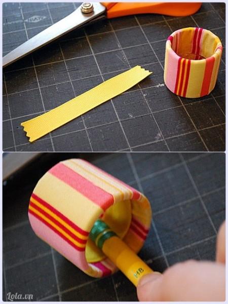 Sau đó cắt một đoạn vải với độ dài bằng bán kính chiếc vòng, dàn lại bằng keo sữa ở phía trong vòng để tạo độ ma sát khi vòng được đeo vào tay