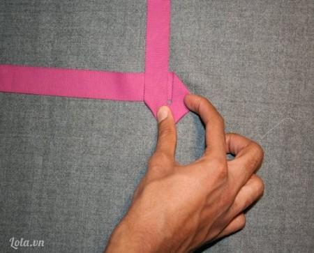Tiếp theo lại gập vuông góc để tạo ra một hình vuông.