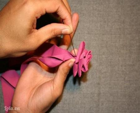 Sau khi hoa đã hoàn thành, dùng kim khâu cố định chặt ở phía dưới để ngăn cho nó không bị xổ ra.