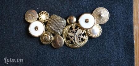 Sắp xếp các nút vintage vào cùng với nhau trên vải nỉ