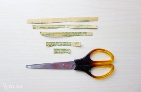 : cắt các mảnh giấy có kích thước như trong hình, mỗi loại cắt 2 mảnh trừ mảnh nhỏ nhất để làm nhụy