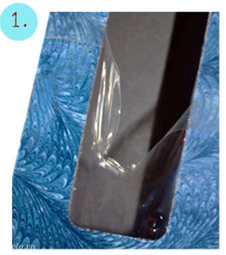 Bạn lấy hộp giấy ăn và loại bỏ lớp nhựa ở ngoài hộp